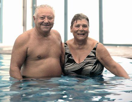 Una pareja de personas mayores en una piscina